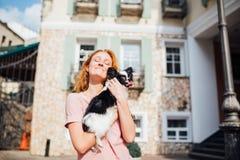 Das Thema ist die Freundschaft des Mannes und des Tieres Kaukasische Frau des schönen jungen roten Haares, die eine Schoßhund Chi stockfoto