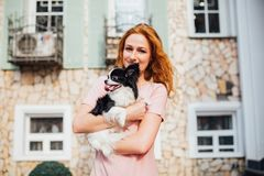 Das Thema ist die Freundschaft des Mannes und des Tieres Kaukasische Frau des schönen jungen roten Haares, die eine Schoßhund Chi lizenzfreies stockfoto