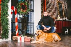 Das Thema ist die Freundschaft des Mannes und des Tieres Kaukasischer junger Mannes- und Schoßhundzucht Labrador-golden retriever lizenzfreie stockfotografie