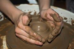 Das Tongefäß wird die Hände der Kinder hergestellt Lizenzfreie Stockfotos