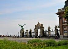 Das Tor, der Garten und der mythologische Turul-Vogel - Buda Castle - Budapest stockfoto