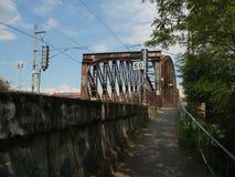 Das Tor für Zug nach das Prag - Bahnbrücke über Fluss die Moldau Stockfotografie