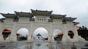 Das Tor von Chiang Kai-shek Memorial Hall in Taipeh stock footage