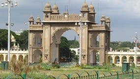 Das Tor von Mysore-Palast Lizenzfreie Stockfotografie