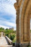 Das Tor zu Arevalo und der Alcazar von Segovia Stockfotos