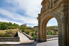 Das Tor zu Arevalo und der Alcazar von Segovia Spanien Lizenzfreies Stockbild