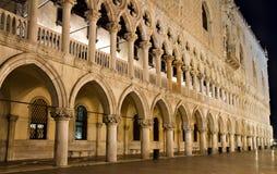 Das Torbogen og das Palazzo Ducale nachts Stockfotos