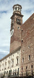 Das Torre-dei Lamberti ist 84 m hoher Turm in Verona, Italien Lizenzfreie Stockfotos
