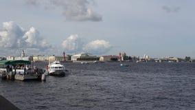 Das touristische Boot schwimmt zum Pier auf dem Neva St Petersburg stock video footage