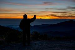 Das touristische Schattenbild machen Foto durch Mobiltelefon Stockfoto
