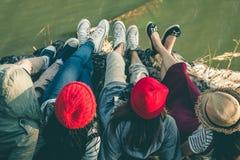 Das touristische Sitzen der Frau auf dem Fluss umgeben durch Flüsse stockfotos