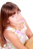 Das Träumen des kleinen Mädchens schaut auf Kamera Stockfotos