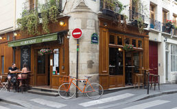Das traditionelle französische Café Au Bougnat, Paris, Frankreich lizenzfreie stockbilder