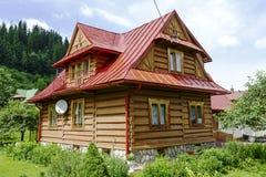 Das traditionelle Haus, das von hölzernem gemacht wird, meldet Zakopane an Lizenzfreies Stockfoto