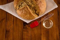 Das traditionelle irische Soda-Brot, das für St- Patrick` s Tag, Gebäck-Bürste und Öl gemacht wurde, diente auf Holztisch lizenzfreies stockbild