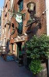 Das traditionelle niederländische Café Molly Malones gelegen im Rotlichtviertel, Amsterdam, die Niederlande stockfotografie