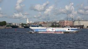 Das Tragflügelboot ` meteor-97 `, Sommer auf dem Fluss Neva St Petersburg stock footage