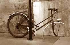 Das traurige Fahrrad im Sepia stockbilder
