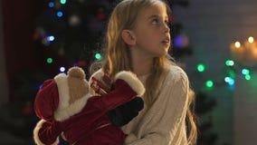 Das traurige kleine Mädchen, das herum, Mangel an elterlicher Aufmerksamkeit schaut, verlor Glauben im Wunder stock footage