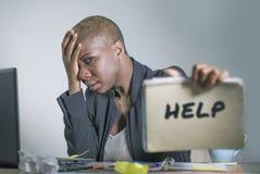 Das traurige und deprimierte schwarze afroe-amerikanisch Frauenleiden, das im Büro arbeitet mit Laptop-Computer Gefühl betont wur Stockfoto