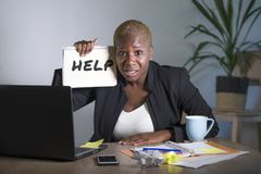 Das traurige und deprimierte schwarze afroe-amerikanisch Frauenleiden, das im Büro arbeitet mit Laptop-Computer Gefühl betont wur Lizenzfreie Stockbilder