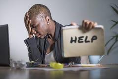 Das traurige und deprimierte schwarze afroe-amerikanisch Frauenleiden, das im Büro arbeitet mit Laptop-Computer Gefühl betont wur Stockbild