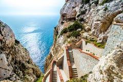 Das Treppenhaus, das zu die des Neptun Grotte, nahe Alghero, in Sa führt stockbild