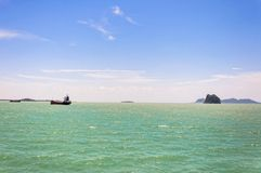 Das tropische Meer felsige Inseln nähern sich KOH Samui Stockbild