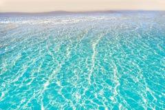 Das tropische transparente Strandwasser kl?rt sich stockfotos
