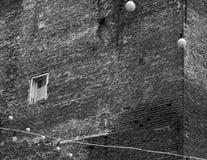 Das trostlose einsame alte Fenster an der Ecke des Hauses lizenzfreie stockfotos