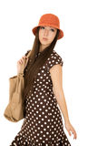 Das träumende jugendlich weibliche Modell, das einen braunen Tupfen trägt, kleiden Lizenzfreies Stockbild