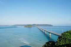 Das Tsunoshima Ohashi ist eine lange und schöne Brücke in Shimonoseki-Stadt, Präfektur Yamaguchi, Japan Stockfotos