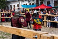 Das Turnieren kämpft Festival mittelalterlichen Kultur Vorpostens 2016 in Kamenetz-Podolsk Lizenzfreie Stockbilder