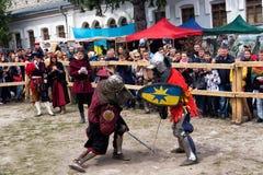 Das Turnieren kämpft Festival mittelalterlichen Kultur Vorpostens 2016 in Kamenetz-Podolsk Lizenzfreie Stockfotos