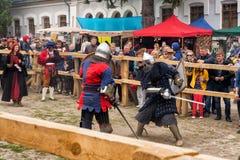 Das Turnieren kämpft Festival mittelalterlichen Kultur Vorpostens 2016 in Kamenetz-Podolsk Stockbild