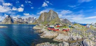 Das typische norwegische Fischerdorf von Reine With The typisch Lizenzfreies Stockbild