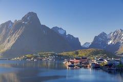 Das typische norwegische Fischerdorf von Reine unter Mitternacht SU Stockfotografie