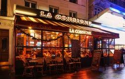 Das typische Pariser Café La Consigne verziert für Weihnachten im Herzen von Paris Weihnachten ist eins der Hauptleitung Lizenzfreie Stockbilder