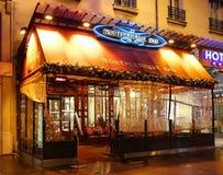 Das typische Pariser Café Montparnasse verziert für Weihnachten im Herzen von Paris Weihnachten ist eins der Hauptleitung Lizenzfreie Stockfotos