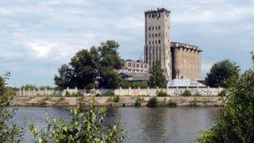 Das Ufer des breiten Flusses, die schöne Natur Stockfotografie