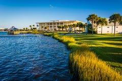 Das Ufer des Halifax-Flusses in Daytona Beach, Florida Stockbilder