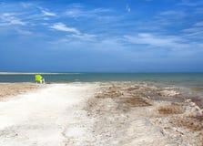 Das Ufer des Toten Meers steigt in den Horizont ein stockfotos