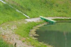 Das Ufer nahe dem Teich Lizenzfreie Stockbilder