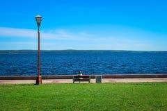 Das Ufer vom Onegasee ist ein Platz für Reflexion lizenzfreies stockbild