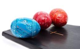 Die ukrainischen Symbole Ostern auf dem religiösen Buch Stockbilder