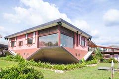 Das umgedrehte Haus bei Tamparuli, Sabah stockbilder