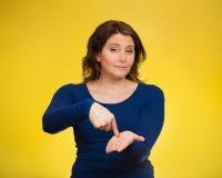 Das umgekippte Frauengestikulieren zahlen mir mein Geld zurück, Finger auf Palme gestu Lizenzfreies Stockfoto