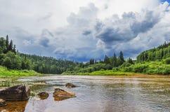 Das Umweltproblem Verschmutzung des Flusses Stockfotografie