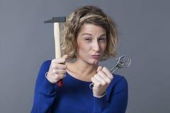 Das unabhängige Mädchen des Spaßes, das mit Werkzeugen spielt, mögen DIY-Spielwaren Lizenzfreies Stockbild