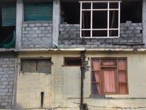 Das unfertige Haus mit zwei Geschossen: auf dem ersten Stockwerk gibt es eine gelbe Wand und ein rosa Fenster, im zweiten Stock d Lizenzfreie Stockbilder
